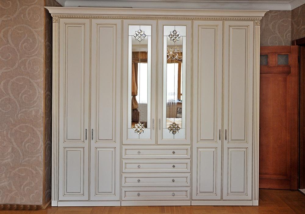 Шкаф для одежды в классическом стиле